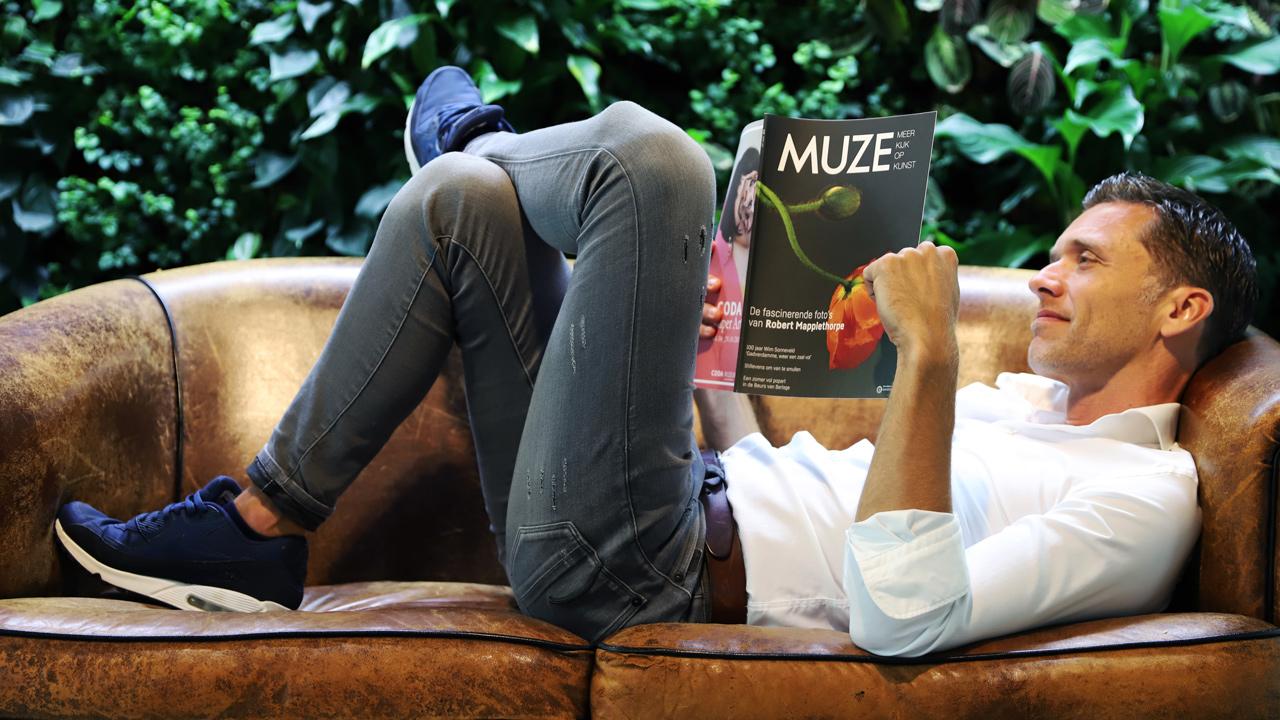 muze-lezer-liggend-op-de-bank.jpg