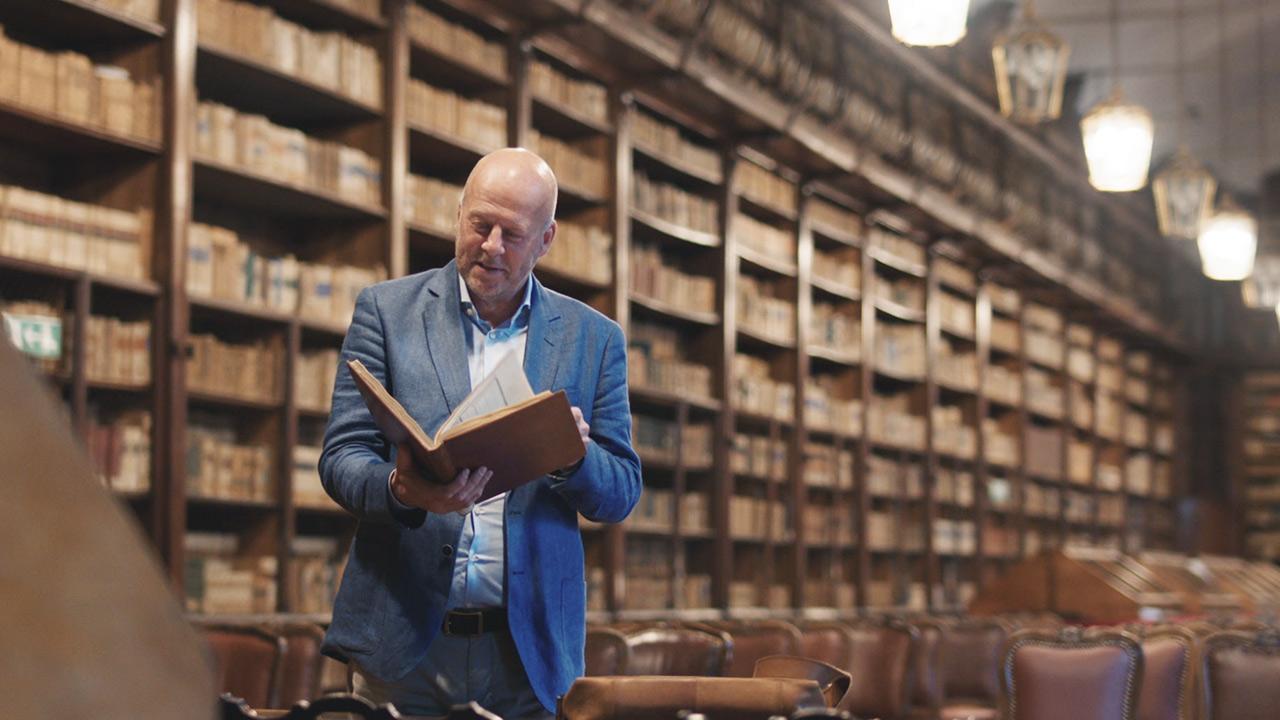 Diederik bekijkt het studieboek van Leonardo da Vinci