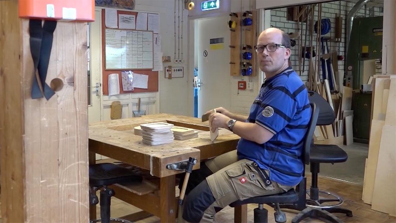 Michel werkt graag in de houtwerkplaats