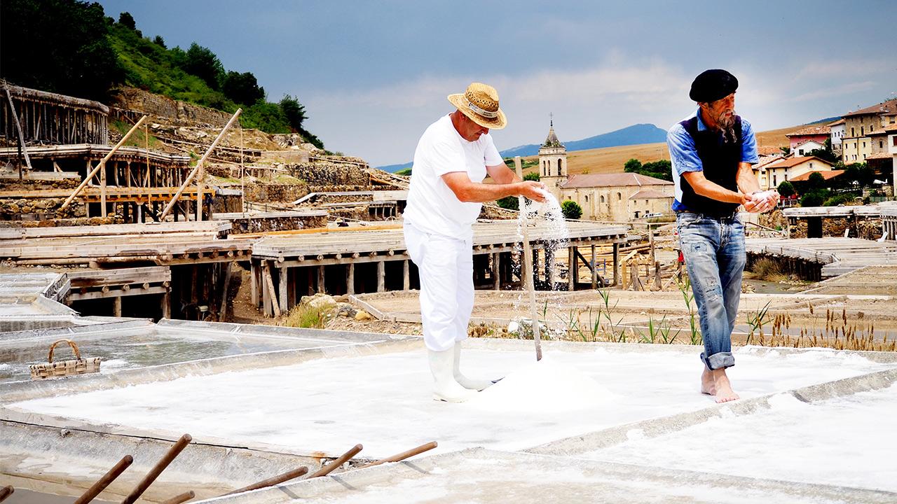 Ilja leert zout delven in Baskenland