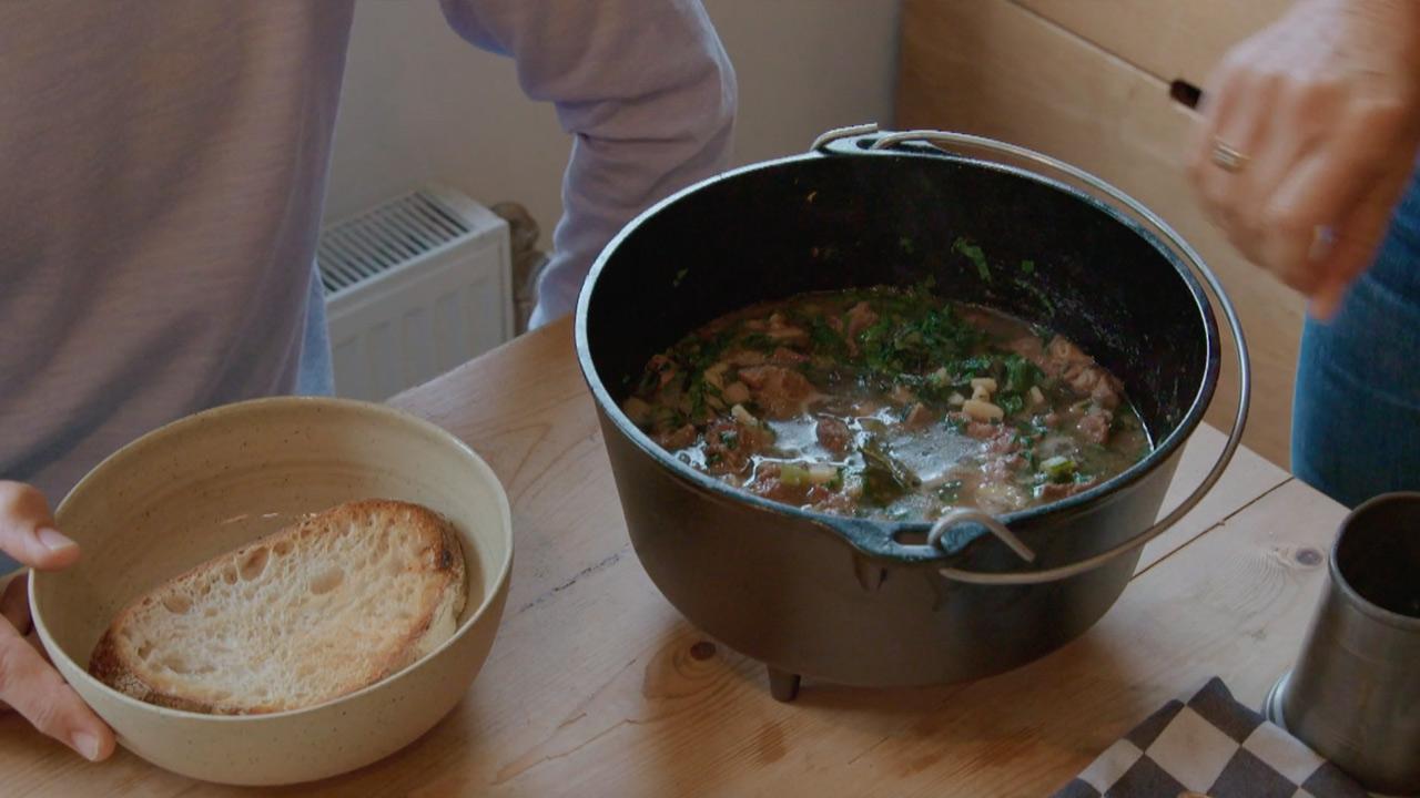Onno-Blom-koken-met-van-boven-stoofpot.jpg